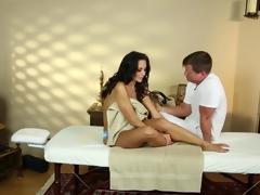 brunette barmfager massasje